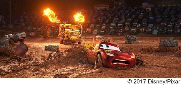 【写真を見る】『カーズ/クロスロード』の見どころのひとつ、クレイジー・エイトのレースシーン。泥の表現はピクサーでは初めての挑戦だったため、トライ&エラーを繰り返したという