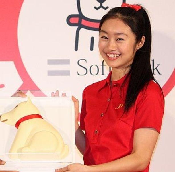 ソフトバンク×江崎グリコのコラボ記念イベントに登場した忽那汐里さん。大きなお父さん犬のチョコをプレゼントされ、とびっきりの笑顔を見せた