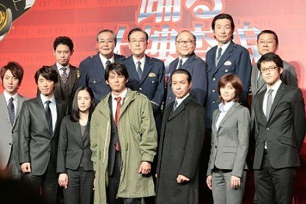 映画「踊る大捜査線 THE MOVIE 3 ヤツらを解放せよ!」の製作発表に織田裕二(写真下段中央)らメーンキャストが勢揃い