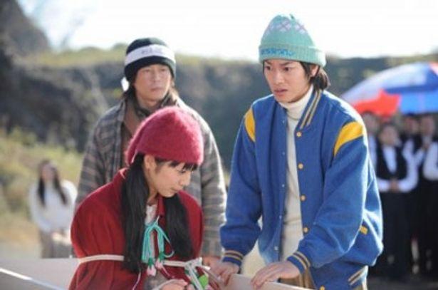 旬の若手俳優、佐藤健と夏帆が田舎くさいファッションを披露!