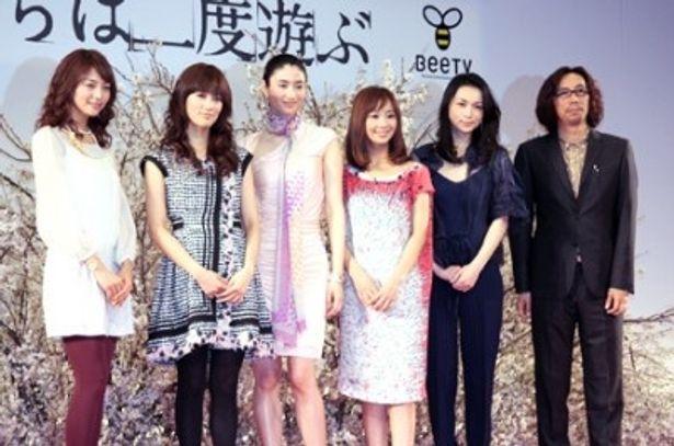携帯ドラマ「女たちは二度遊ぶ」のプレミア試写会に出席した相武紗季、水川あさみ、小雪、優香、長谷川京子、行定勲監督(左から)