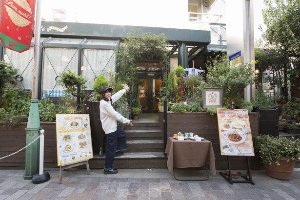 入口から緑あふれる空間のピーターラビットガーデンカフェ
