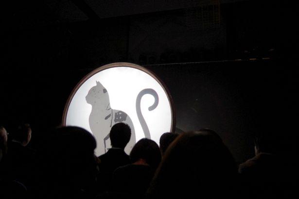 会見冒頭、妖しい猫のシルエットが会場を沸かせた
