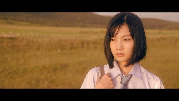 まるで原曲のPVから出てきたような主人公の明日夏を山崎丹奈が演じる