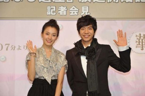 韓流ドラマ「華麗なる遺産」の記者会見に登場したハン・ヒョジュとイ・スンギ