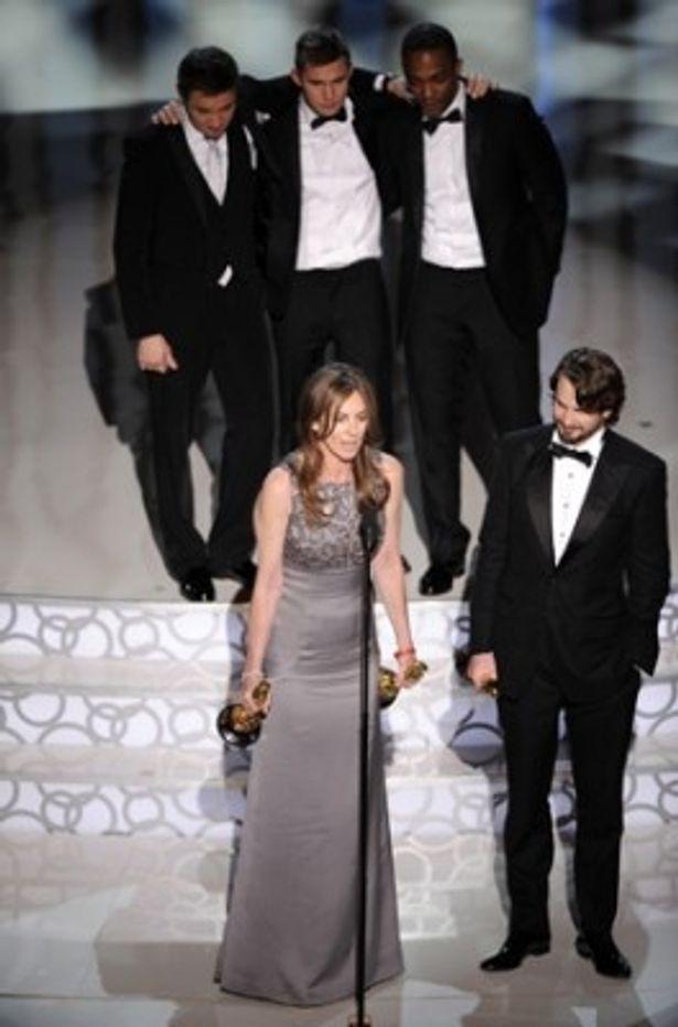 6部門を受賞し、喜びのスピーチを行っている「ハート・ロッカー」のキャスリン・ビグロー監督(中)