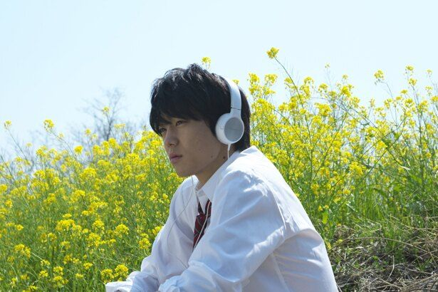 『犬猿』の劇中映画「恋する君の隣には」に出演している健太郎