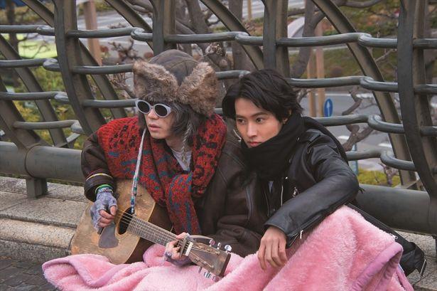 一枚の毛布で仲良く温まる山崎賢人&菅田将暉