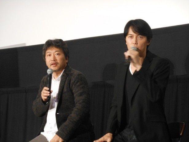 映画「そして父になる」(2013年)でタッグを組んでいた映画監督・是枝裕和(左)と福山雅治(右)