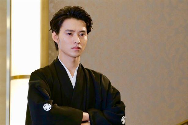 【写真を見る】うるわしき日本男児!山崎賢人の袴姿