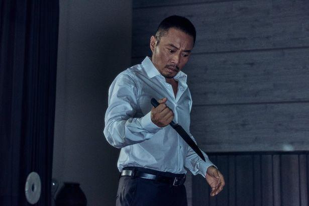 ドゥ・チウ(チャン・ハンユー)は血のついた包丁を持ち混乱した様子を見せる
