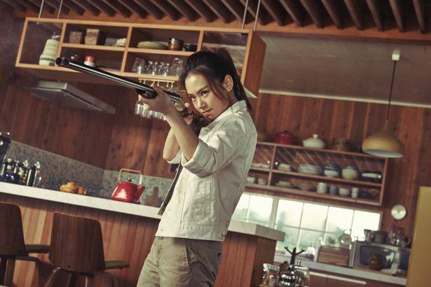 【写真を見る】謎の美女、真由美を演じたチー・ウェイは歌手としても活躍中!