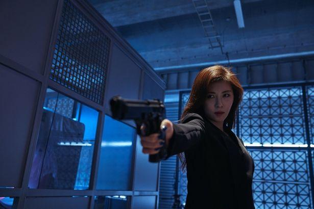 殺し屋を演じたハ・ジウォンは韓国のトップスター。華麗なアクションも見どころだ!