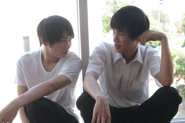 阪本一樹演じるサイモン(右)と、須賀健太演じるタダタカシ(左)