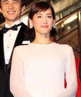 綾瀬はるか、純白透け感ドレスで魅了!女優陣が華やかにレッドカーペットに登場