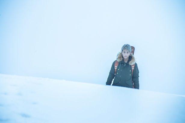 隕石が衝突し、雪が降り積もる地球を舞台にした『SWAN SONG』。岩田剛典がストリートミュージシャンを演じる