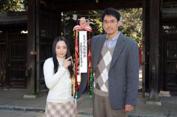「TRICK」で山田奈緒子役を演じる仲間由紀恵と上田次郎役の阿部寛