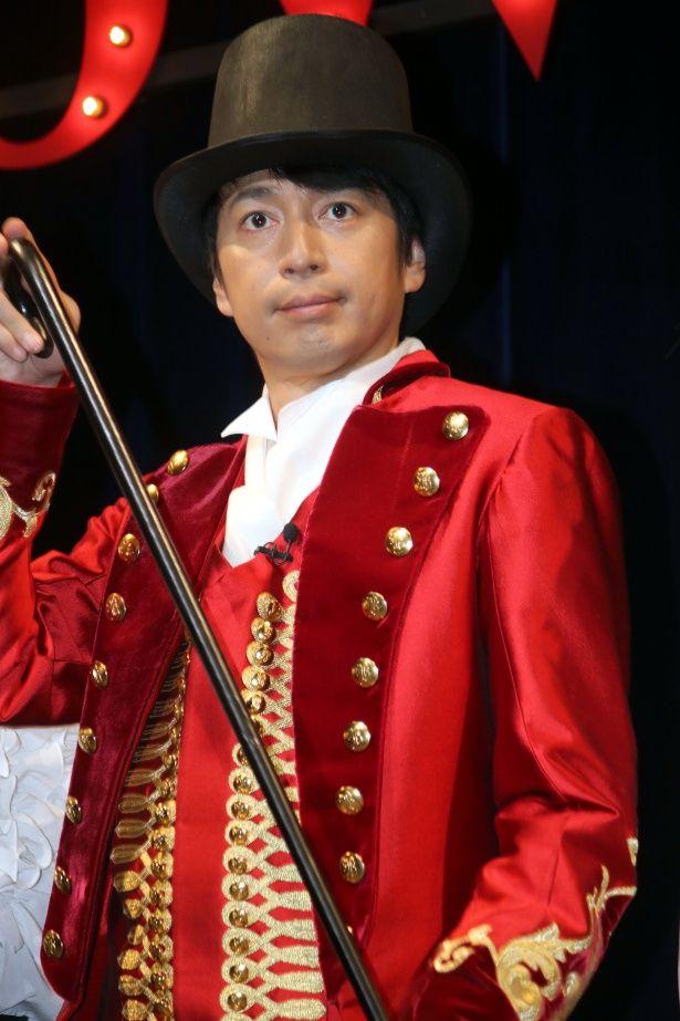 ヒュー・ジャックマン演じるP.T.バーナムの衣装で登壇した徳井義実