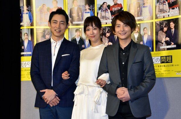 会見に登場した(左から)小泉孝太郎、水川あさみ、小池徹平