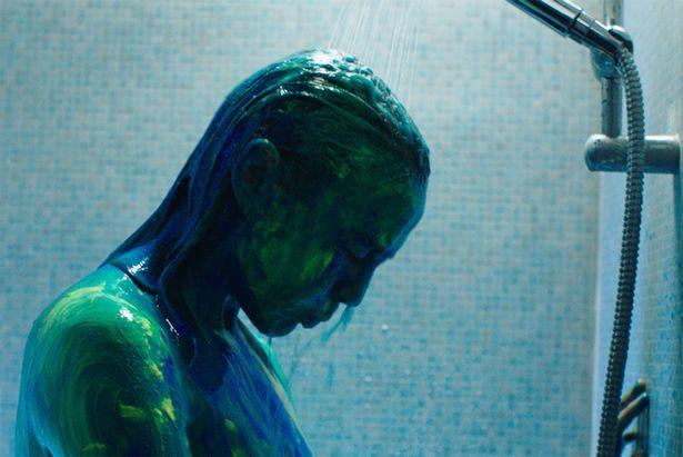 独自の色彩感覚と、スタイリッシュで鮮烈な映像美にも目を奪われる