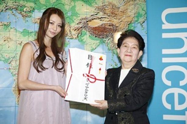 「チャリティTシャツ募金」の贈呈式に出席した香里奈(写真左)