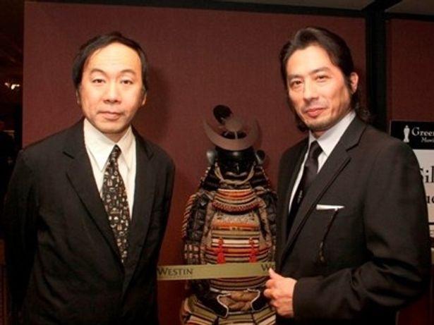 同授賞式で「ハリウッドで最も活躍しているアジア人俳優」に選ばれた真田広之(右)と塚本監督