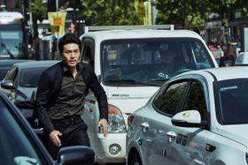 ヒョンビンが命知らずの大ジャンプ&車と激突!?ソウルを疾走する映像を独占入手!
