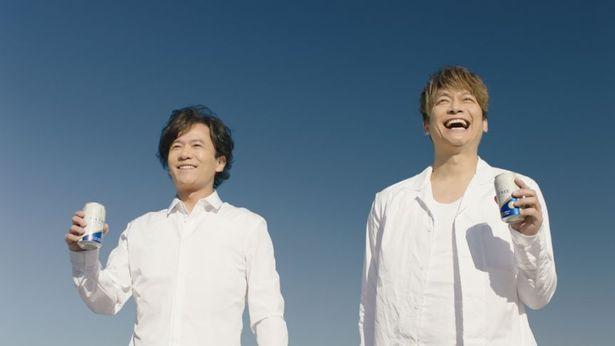 「オールフリー」を飲み、無邪気な笑顔を見せる香取慎吾と、にこやかに笑う稲垣吾郎