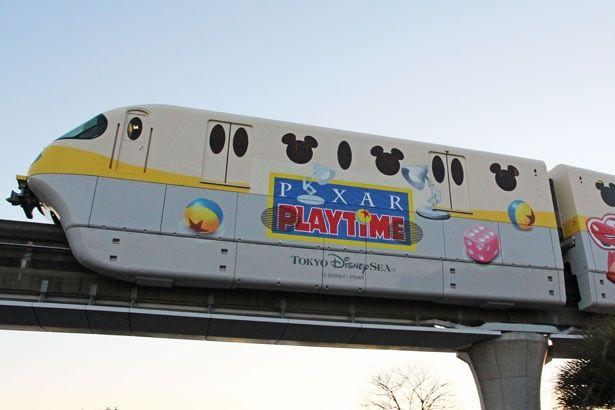 「ピクサー・プレイタイム」と連動したラッピングモノレールが運行中