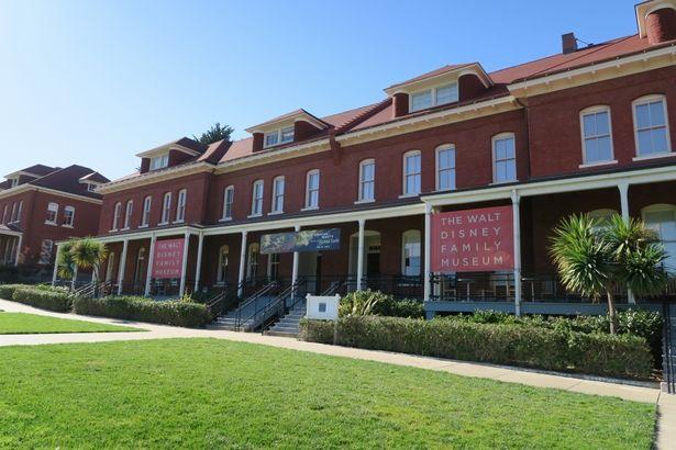 赤い屋根とレンガ造りの壁が印象的な古い建物を博物館に改装
