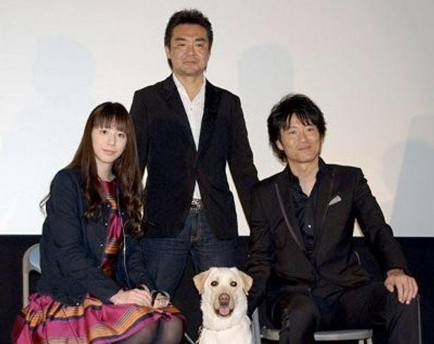 香川県の劇場で舞台挨拶。左から夏帆、小林義則監督、寺脇康文。手前がラブラドルレトリバーのきな子