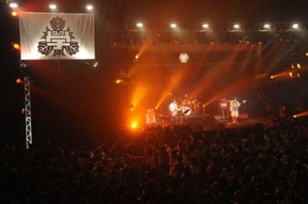 「ロックの学園2010」のイベント初日にライブを行った山崎まさよしは「セロリ」など全10曲を披露