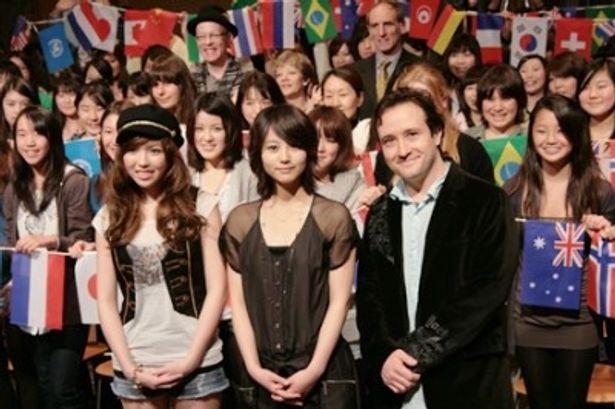 映画「誰かが私にキスをした」の公開直前試写会に出席したKylee、堀北真希、ハンス・カノーザ監督(写真左から)