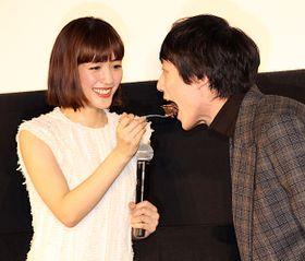 """綾瀬はるか、坂口健太郎にケーキを""""あーん""""「食べっぷりがいい!」"""