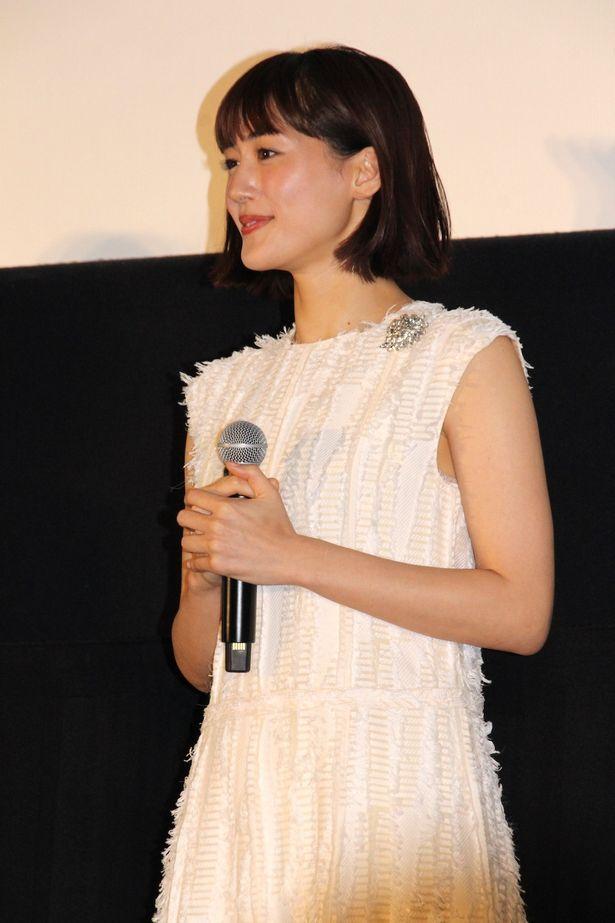 【写真を見る】綾瀬はるか、バレンタインデートをイメージした衣装で登場!