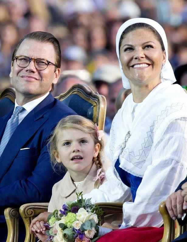 スウェーデン王室のヴィクトリア王太子夫妻とエステル王女