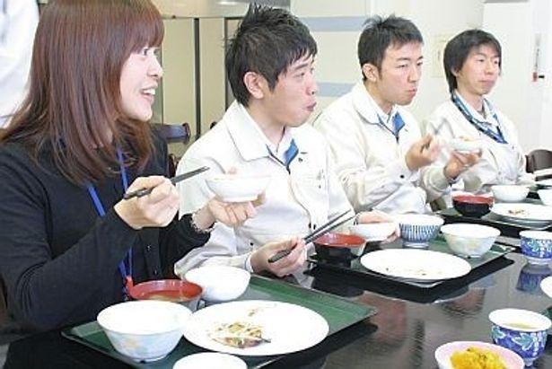タニタ食堂で和気あいあいと食事をする社員たち。食堂利用は1食570円。メニューは厚生労働省が推奨する「健康日本21」を考慮した野菜の摂取量などで構成