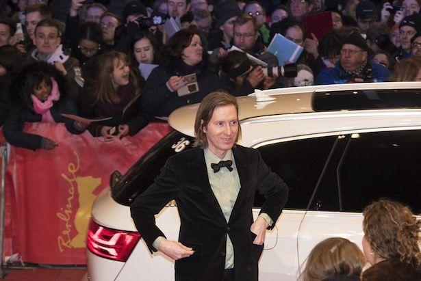 車から降り立つウェス・アンダーソン
