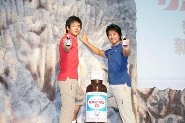 「リポビタンD」の新CM発表会に出席した三浦貴大とケイン・コスギ(左から)