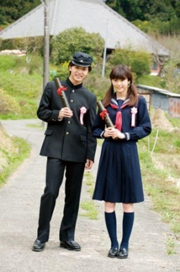 寒風が吹きすさぶ中、制服姿で撮影に臨んだ桐谷美玲と中村優一
