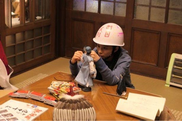 デモ行進の際に使用された「断固反対」と書かれたヘルメット姿の芳根京子