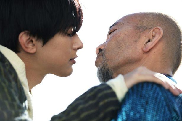 """""""本来はこんな感じ""""と竹中自身もキスシーンを演じるのがユニークだ"""