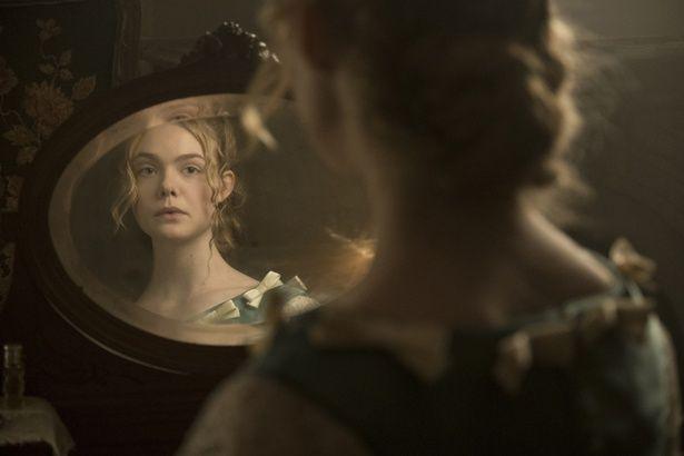 メイキング映像では鏡越しにキュートなウィンクを見せてくれたエル・ファニング