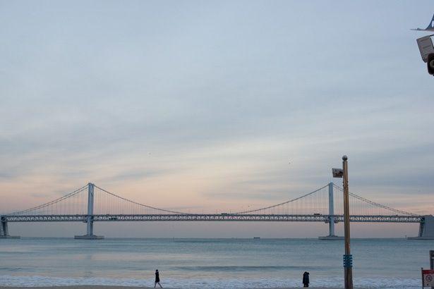 広安里ビーチから望む広安大橋。夜にはライトアップされ、美しい夜景が堪能できる