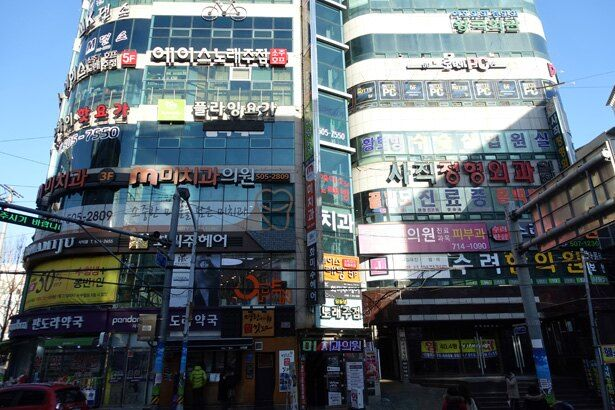 右のビルの中央辺りにあるネオンサインの上を、ブラックパンサーが走り抜ける