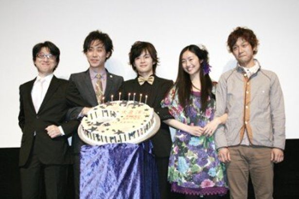 映画「半分の月がのぼる空」の公開初日に、出演者の池松壮亮(写真中)らが出席