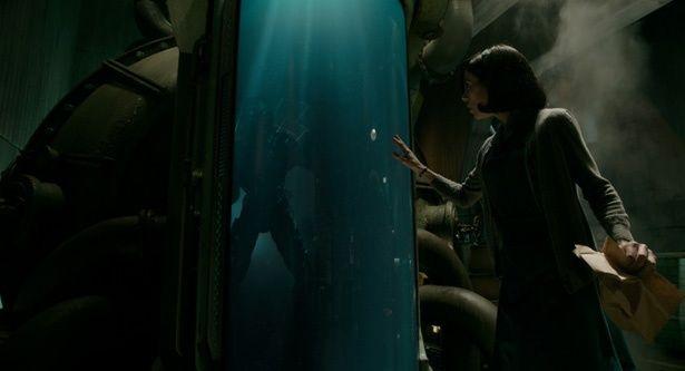 軍の研究施設で清掃員として働くイライザが謎のクリーチャーに出会う(『シェイプ・オブ・ウォーター』)