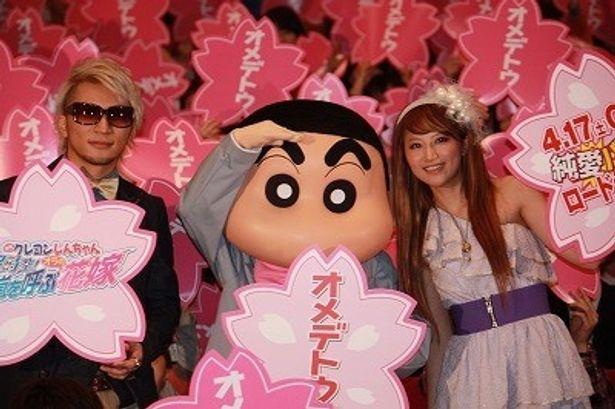 主題歌「オメデトウ」を担当したmihimaru GTのhirokoとmiyakeがしんちゃんたちと舞台挨拶