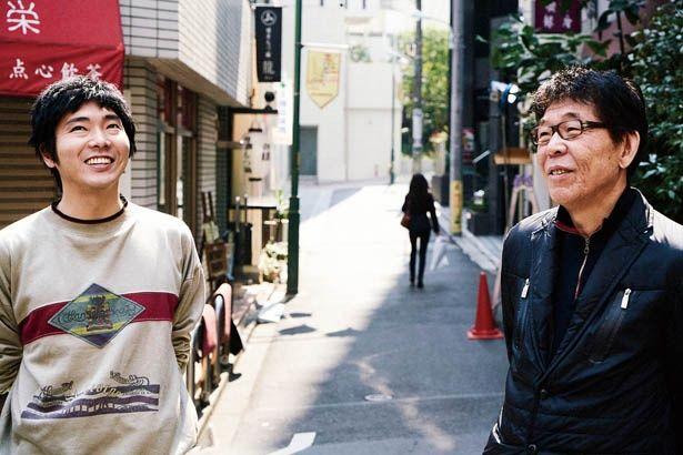 【写真を見る】写真右は末井昭本人。映画では末井を柄本佑が演じている