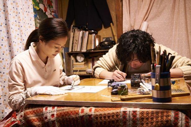 末井を見守る妻・牧子に扮するのは前田敦子